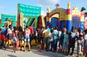 As crianças aguardavam em filas para brincas nas atrações do parque inflável 300x199 - II Criançarte de Alhandra foi um sucesso de participação e animação