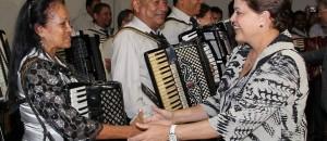 Dilma Rousseff cumprimenta sanfoneiros da Orquestra Sanfonica de Aracaju na chegada a cerimonia de abertura do XII Forum dos Governadores do NordesteRoberto Stuckert FilhoPresidencia 300x130 - A empatia de Dilma e o PT com o Nordeste causou de novo reações da mais deplorável xenofobia, do mais repulsivo preconceito - Por Rubens Nóbrega