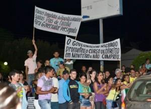Monte 300x218 - TEVE PROTESTO NA PASSAGEM DO GOVERNADOR RICARDO POR MONTEIRO