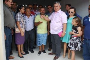 O comerciantes Wellington Fernandes recebendo as chaves das mãos do prefeito Marcelo Rodrigues 300x199 - PREFEITO DE ALHANDRA, MARCELO RODRIGUES, ENTREGA PONTOS COMERCIAIS