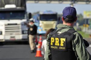PRF1 300x199 - PRF prende duas pessoas e apreende R$ 27 mil em Campina Grande