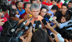 VOTANDO 300x176 - Depois de votar, governador acusa imprensa de invadir sua privacidade 'de manhã, de tarde e de noite'