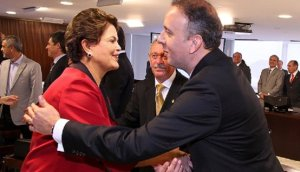 dilma aguinaldo 300x172 - Único paraibano na comitiva de Dilma, deputado vai a evento do PSB mesmo apoiando Cássio