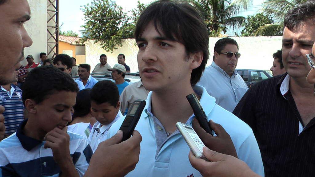 Pedro tece críticas ao Governo e revela empenho na campanha do pai