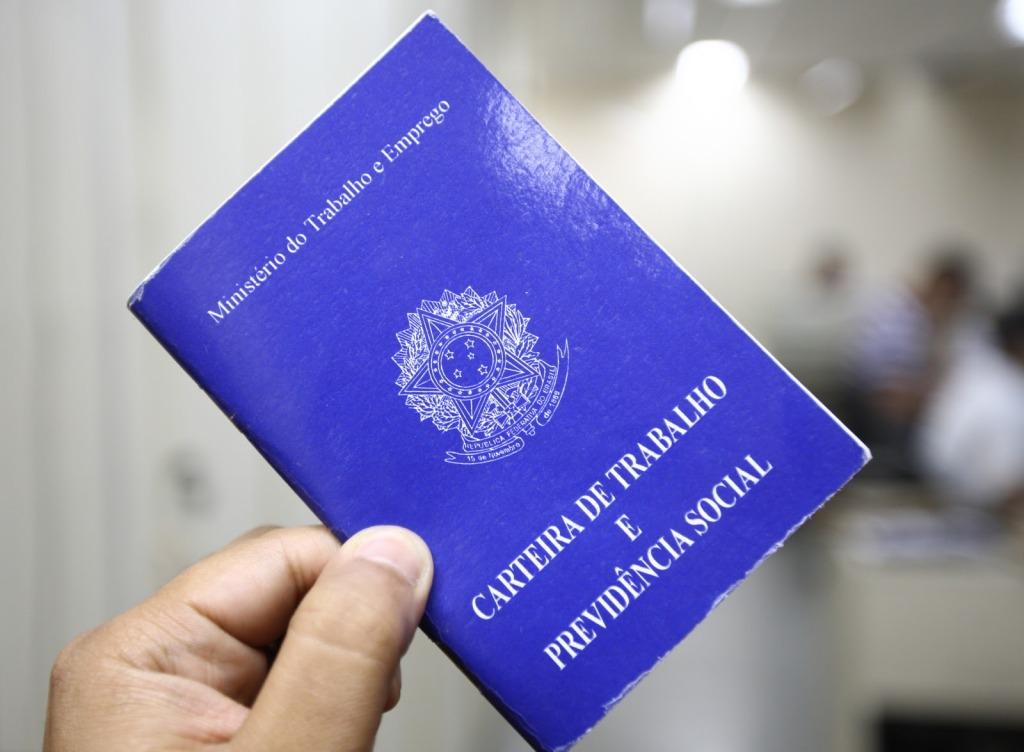 carteira de trabalho 1024x752 - IBGE aponta queda em desemprego no Brasil, taxa fechou em 6,8% no trimestre