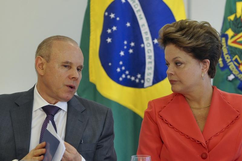 mantega e dilma - Dilma deve fazer ajuste gradual e depreciar real aos poucos