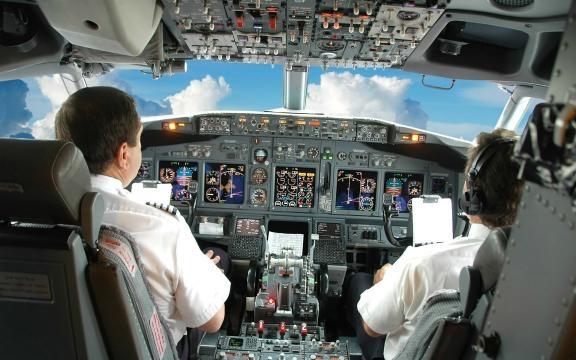 Piloto canta Despacito e bloqueia comunicações com aeroporto