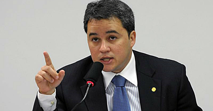 Efraim diz que Dilma 'é a primeira ex-presidente em exercício' do Brasil