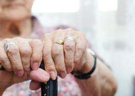 Pulseira inteligente permite monitoramento da saúde de idosos a distância