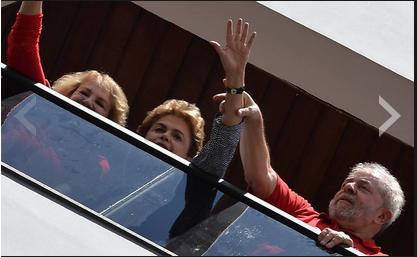 Dilma visita Lula em São Bernardo e, da janela, saúda manifestantes