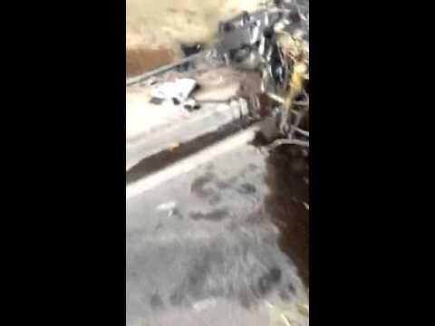 Mulher sobrevive a acidente que parte carro ao meio; veja vídeos
