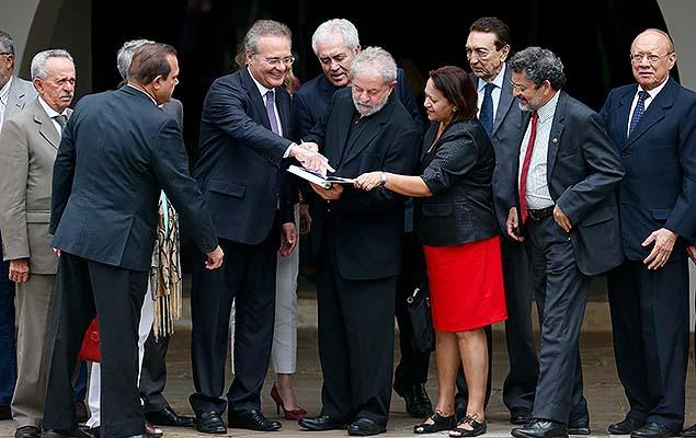 Após café com Lula, senadores do PMDB se unem ao PSDB