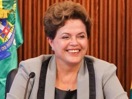Dilma é recepcionada com 'abraçaço' em Salvador