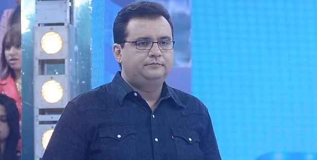 Record expulsa Geraldo Luís de camarim e estuda rescisão de contrato