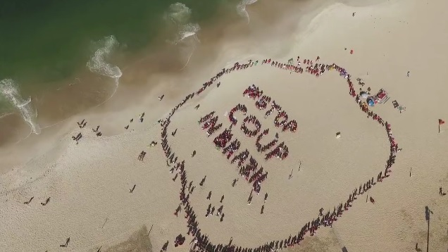 Manifestantes da Frente Brasil Popular fazem mobilização em praia; ASSISTA
