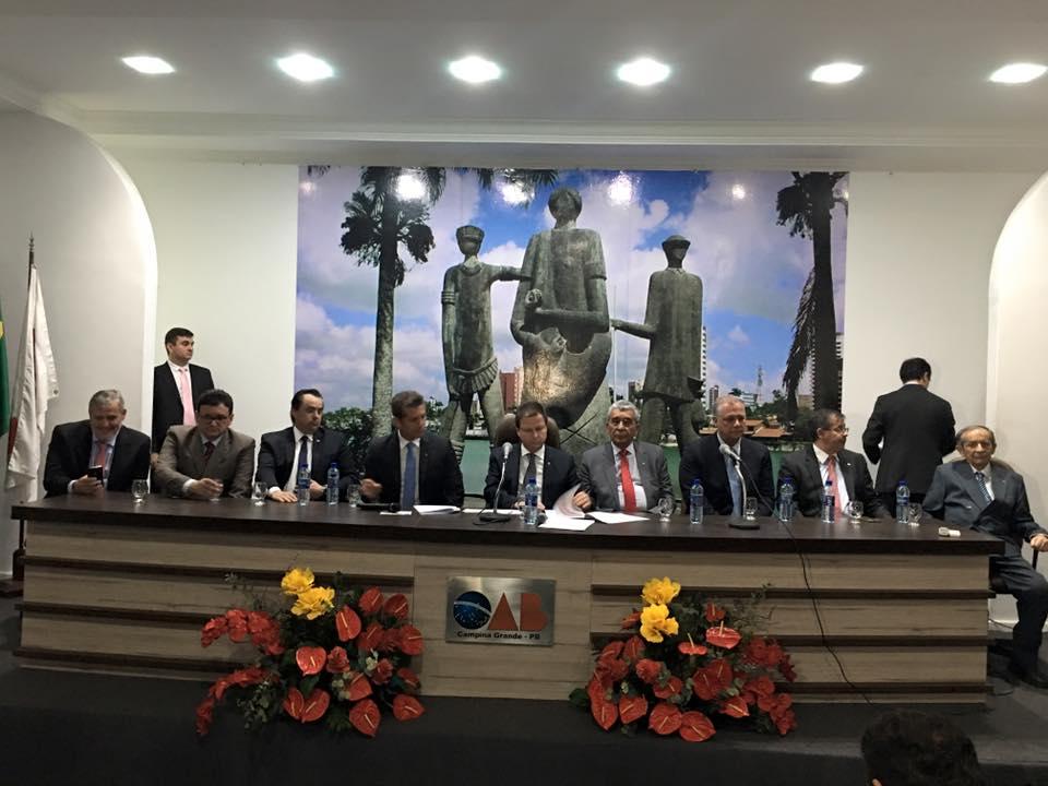 Presidente da OAB nacional é chamado de golpista em protesto e desiste de eventos oficiais na Paraíba