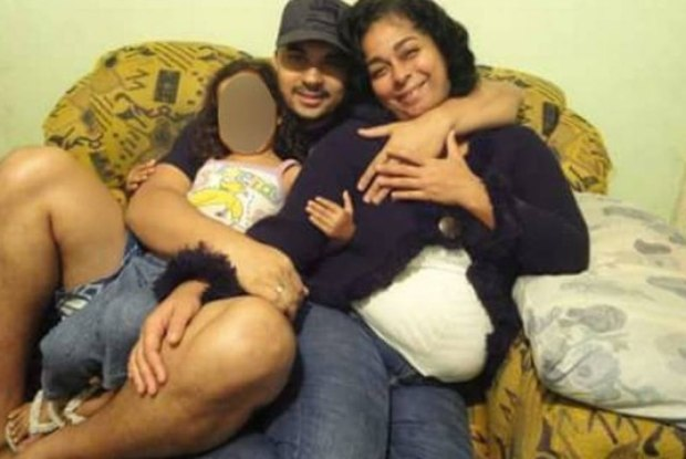 mulher morta na frente da filha