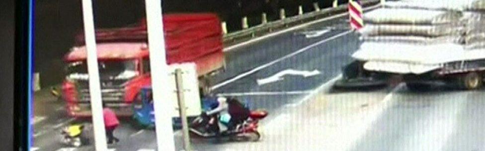 Criança sobrevive após ser atingida por caminhão que avançou semáforo vermelho na China – VEJA VÍDEO