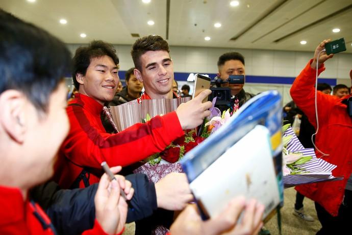 Oscar desembarca em Xangai e é recebido por torcedores na China