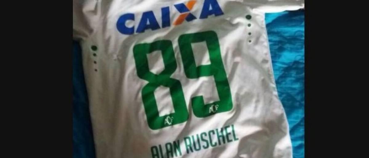Colombianos devolvem camisa de Ruschel encontrada em escombros