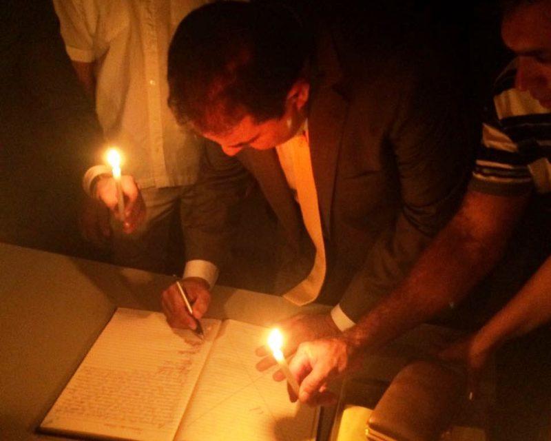 Prefeito de Curral de Cima toma posse a luz de velas na Câmara Municipal