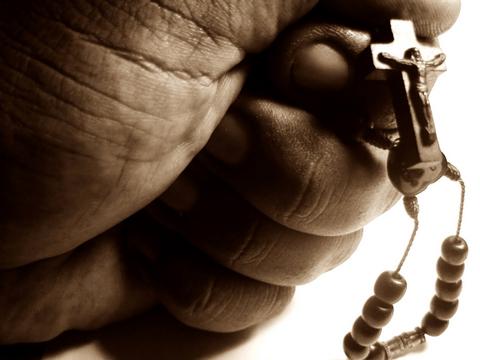 Padre é acusado de fazer orgias na igreja e agenciar mulheres