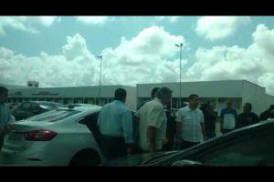 VEJA VÍDEO – Rodolpho Carlos chega a central de polícia cercado por seguranças e advogados