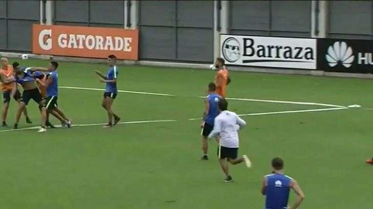 Jogadores de futebol trocam socos durante treinamento