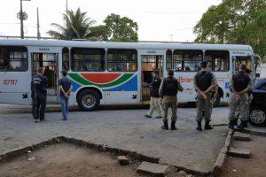 Jovem é morto por rivais dentro de ônibus na capital