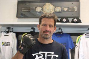 Brasileiro guarda as luvas que ganharam primeiro cinturão do UFC