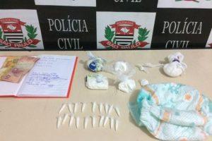 Mulher esconde cocaína em fralda de criança e é presa em flagrante
