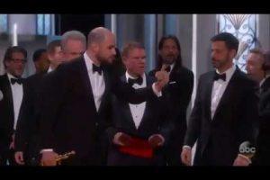 DEU RUIM: Filme errado é anunciado como vencedor do Oscar em evento com gafe histórica