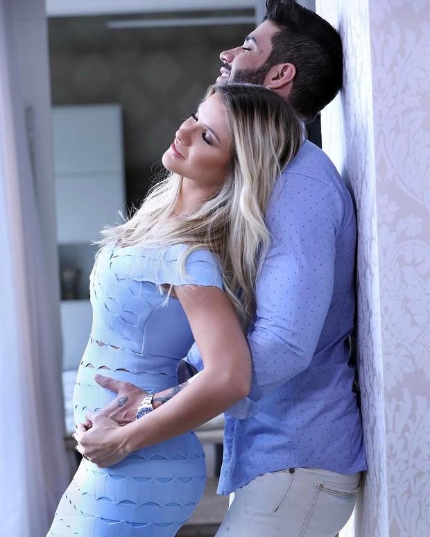 Mulher de Gusttavo Lima posta foto e exibe gravidez