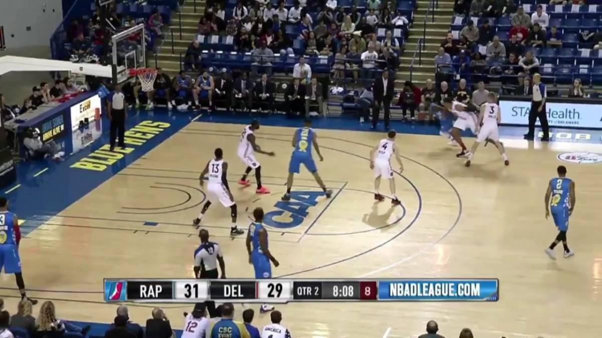 VEJA VÍDEO: jogador passa entre as pernas do adversário em partida de basquete