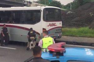 VEJA VÍDEO – Assaltante sequestra ônibus, faz reféns e causa pânico no RJ