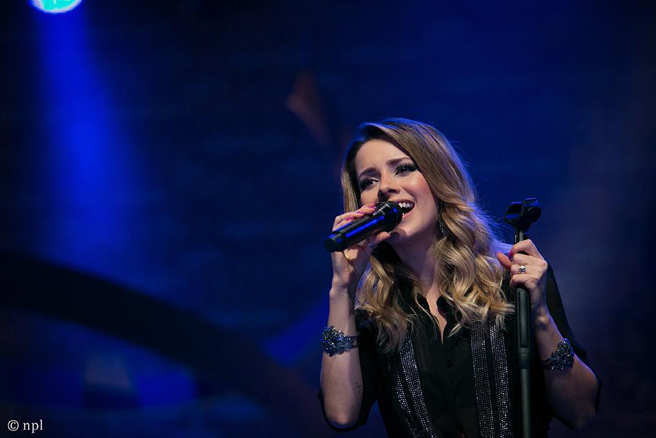 Fã machuca braço de Sandy e quase derruba a cantora em show no Recife