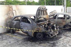 MISTÉRIO: Carros são incendiados dentro de condomínio em João Pessoa