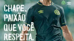 nova camisa chapeco 300x169 - Chapecó apresenta nova camisa do time que homenageia os jogadores mortos no acidente aéreo
