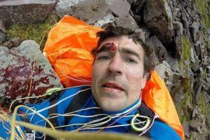 Piloto de parapente faz selfie após bater em montanha e quebrar cinco vértebras