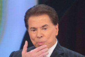 Silvio Santos ensina as pessoas como assistirem SBT com antena de camelô