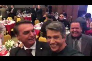 VEJA VÍDEO – Bolsonaro recebe beijo de ator global