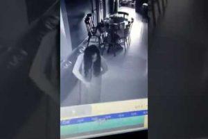 """VEJA VÍDEO: Mulher fica chocada ao ver empregada """"possuída"""" dentro de casa"""