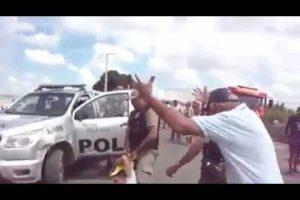 VEJA VÍDEO: PM atira em manifestante a queima roupa com arma letal