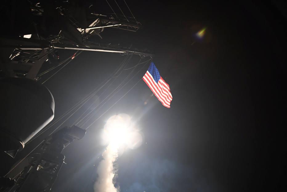 EUA bombardeiam base militar na Síria