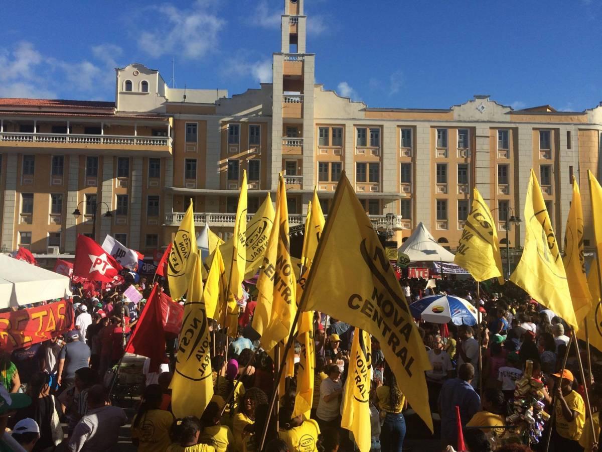 VEJA O VÍDEO: Equipe da TV Cabo Branco é hostilizada em protesto no Ponto de Cem Réis