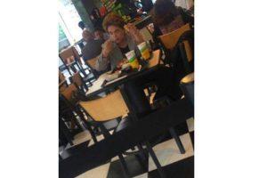 Dilma almoçando sozinha, bandeja de plástico, prato de papel, nos EUA