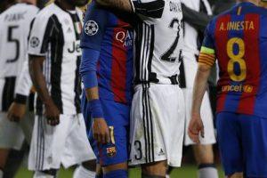Neymar chora eliminação do Barcelona e é consolado por companheiros