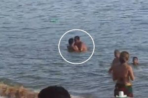 Casal é flagrado fazendo sexo em praia lotada em Rio das Ostras  – VEJA VÍDEO