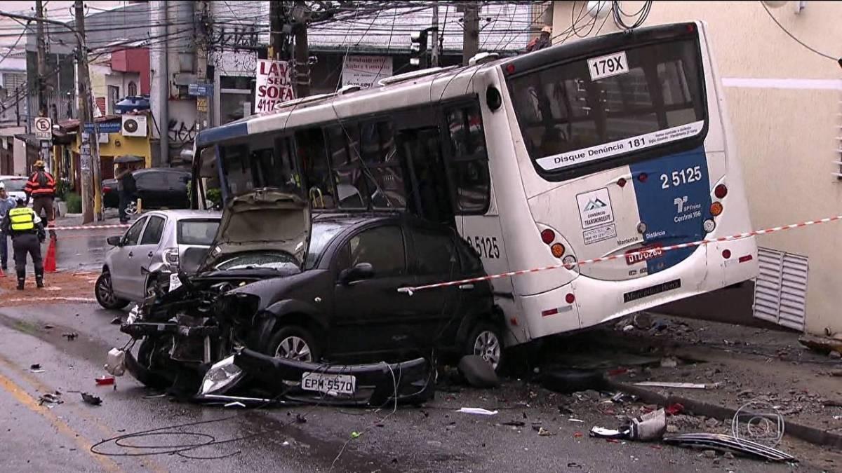Vídeo registra ônibus desgovernado batendo em vários carros – VEJA VÍDEO