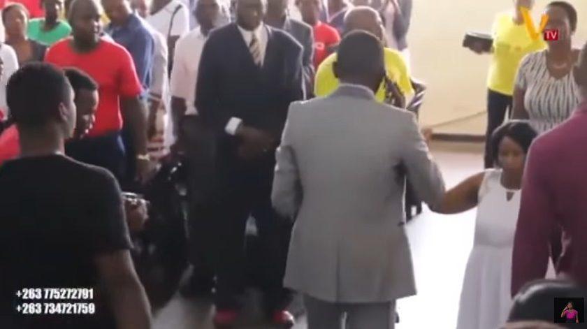 Pastor fala com Deus, por celular, durante culto: 'Alô, é do céu?'